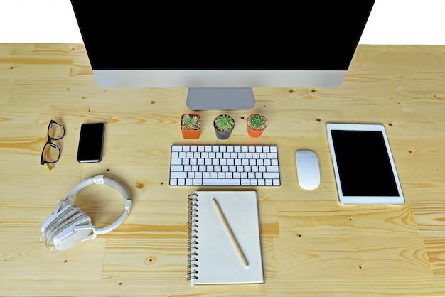 Acessórios de negócios na mesa de madeira