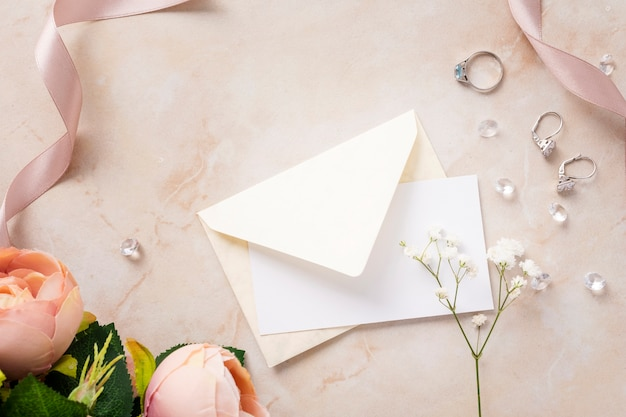 Acessórios de noiva na mesa