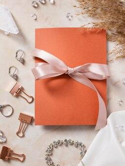Acessórios de noiva plana leigos com cartão de casamento ao lado