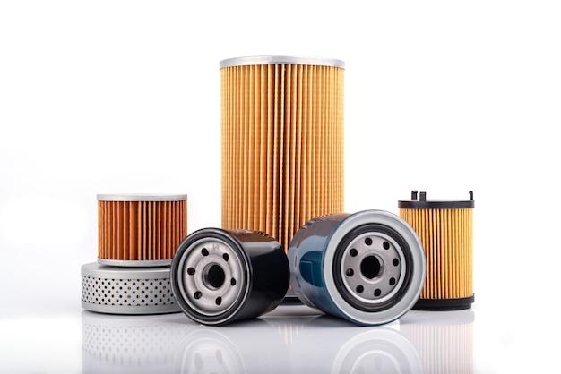 Acessórios de peças automotivas: filtro de óleo, combustível ou ar para carro motor isolado em parede branca.
