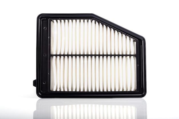 Acessórios de peças de automóveis: filtro de ar para motor de carro isolado no fundo branco.