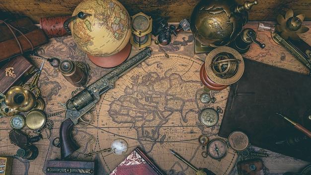 Acessórios de pirata com mapa antigo