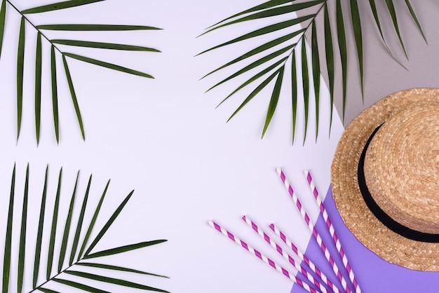 Acessórios de praia: chapéu sobre fundo colorido. fundo de verão