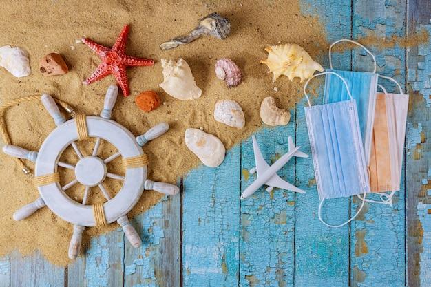 Acessórios de praia com areia e máscara protetora
