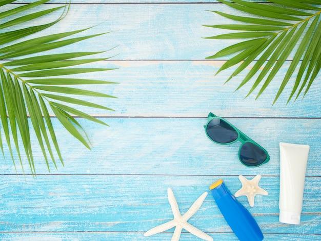Acessórios de praia com folhas de palmeira.