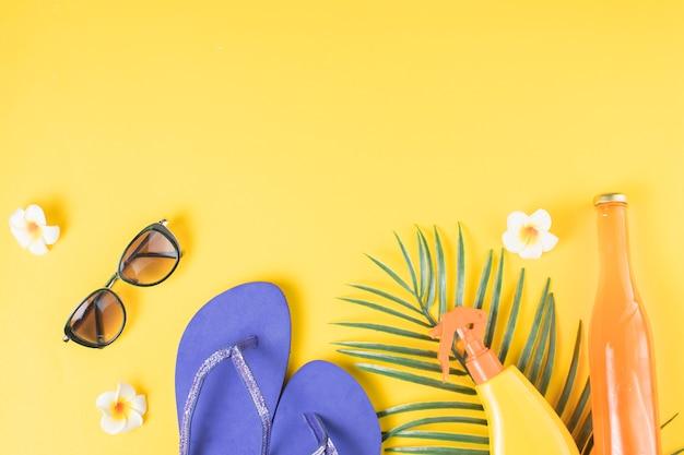 Acessórios de praia e plantas tropicais
