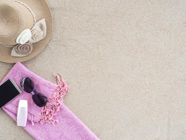 Acessórios de praia e smartphone