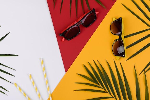 Acessórios de praia em um fundo colorido. fundo de verão