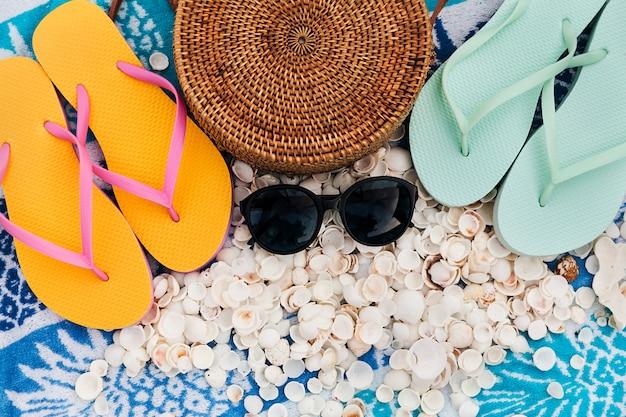 Acessórios de praia feminina, conceito de férias de viagens de verão plana leigos