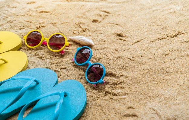 Acessórios de praia na mesa na praia - férias de verão