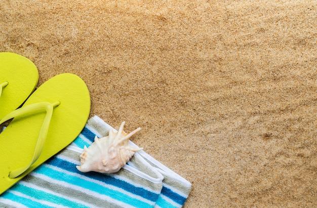 Acessórios de praia na mesa na praia
