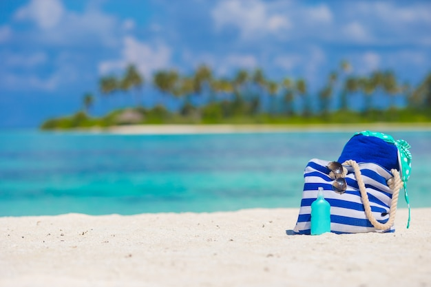 Acessórios de praia na praia tropical branca