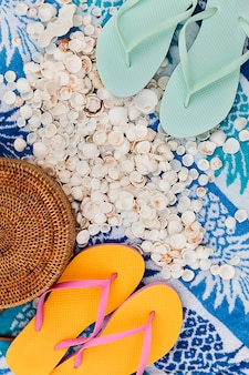 Acessórios de praia na toalha de verão como pano de fundo, conceito de férias viagens plana leigos
