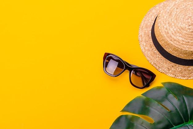 Acessórios de praia: óculos e chapéu com conchas e estrelas do mar.