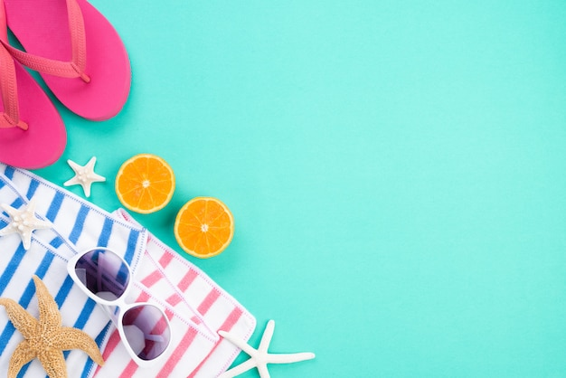 Acessórios de praia para o conceito de férias e férias de verão.
