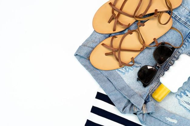 Acessórios de praia sobre um par de jeans