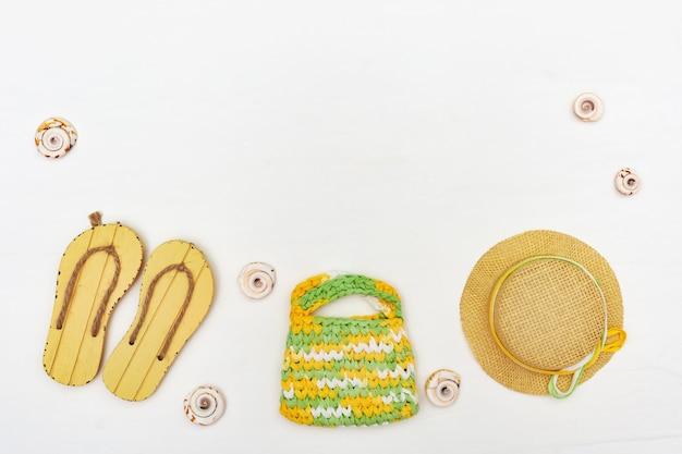Acessórios de praia verão flip-flops, chapéu, bolsa. conceito de férias na praia. copie o espaço.