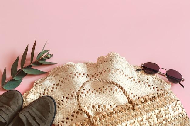 Acessórios de primavera e roupas em um fundo rosa
