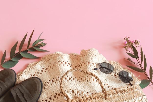 Acessórios de primavera e roupas em uma parede rosa