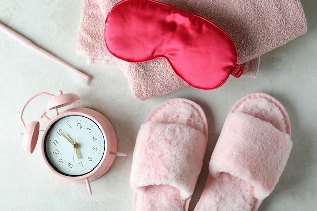 Acessórios de rotina para dormir feminino na mesa branca