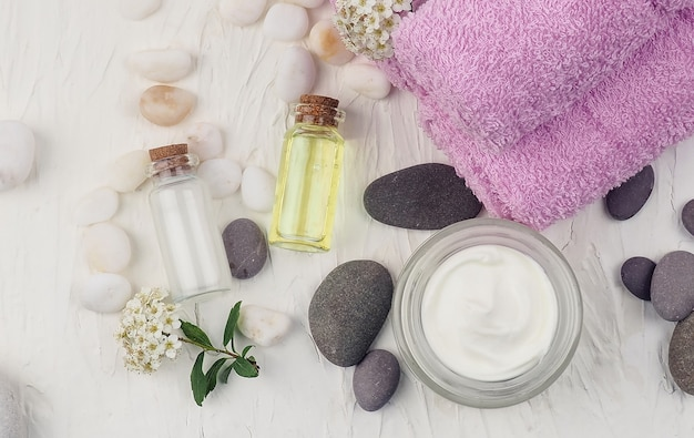Acessórios de spa com pedras, composição de tratamento de spa em fundo colorido de mesa.