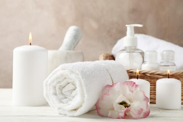 Acessórios de spa e flores em madeira branca, close-up