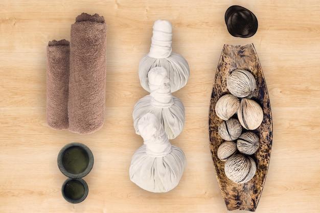 Acessórios de spa e massagem em fundo de madeira