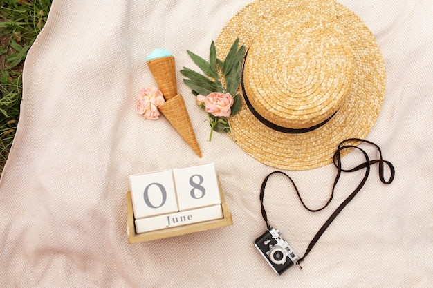 Acessórios de uma viajante romântica. chapéu de vime e câmera retro