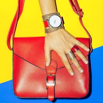 Acessórios de verão brilhante. bolsa e joias. concentre-se no vermelho.