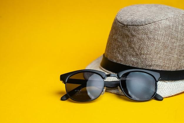 Acessórios de verão, chapéu e óculos de sol. férias de verão e conceito de mar.