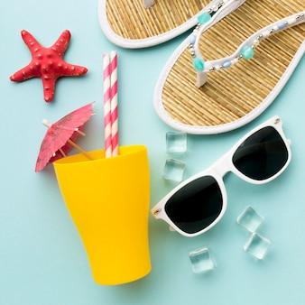Acessórios de verão close-up em cima da mesa