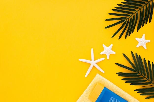 Acessórios de verão com espaço de cópia em amarelo