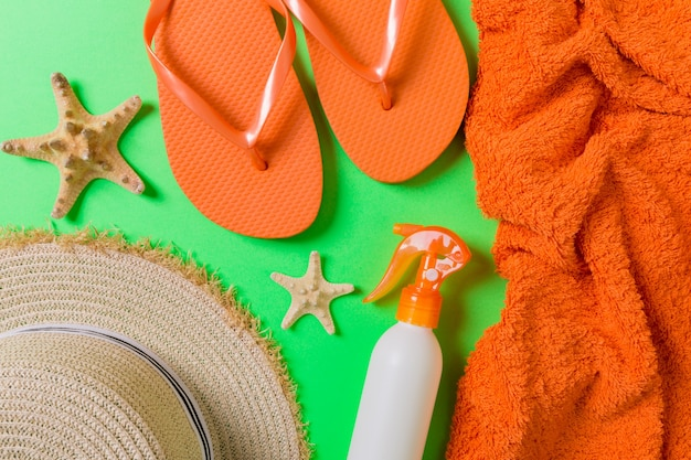 Acessórios de verão praia plana leigos. creme para garrafa de protetor solar
