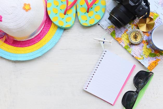Acessórios de viagem de verão com óculos de sol da câmera chapéu chinelos bússola mapa notebook e avião