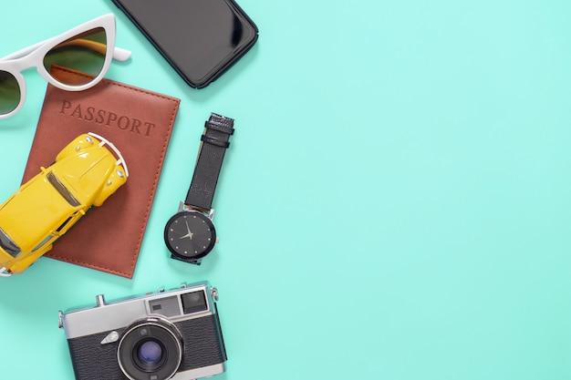 Acessórios de viagem de verão com passaporte de câmera plana e carro passam em azul