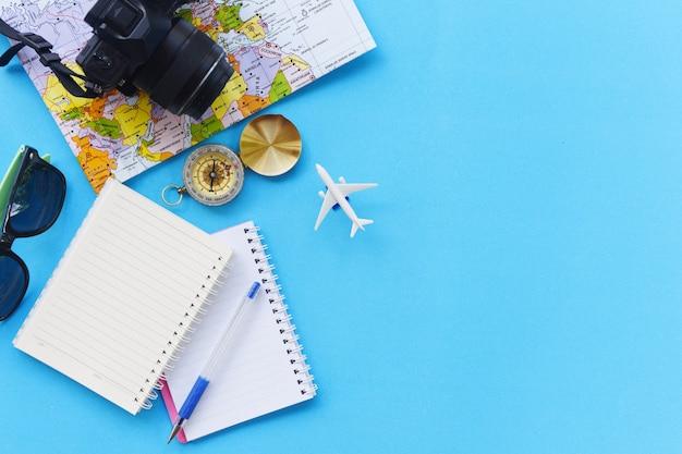Acessórios de viagem de verão em fundo azul