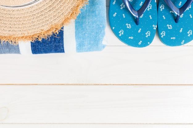 Acessórios de viagem e férias em um fundo branco de madeira. conceito de férias de verão vista superior com espaço de cópia