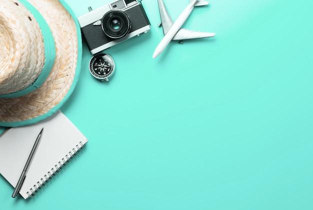 Acessórios de viagem moda vista superior flatlay em teal pastel