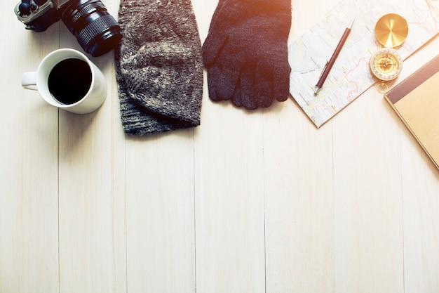 Acessórios de viagem na mesa de madeira com luz da manhã