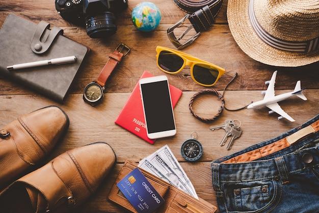 Acessórios de viagem no chão de madeira pronto para viajar
