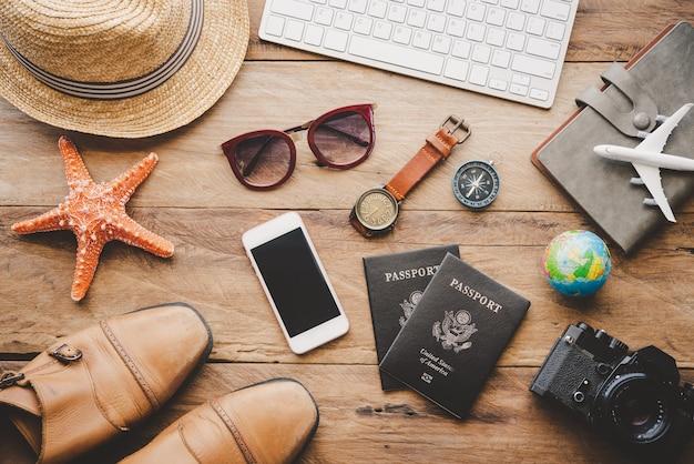 Acessórios de viagem no chão de madeira prontos para viajar