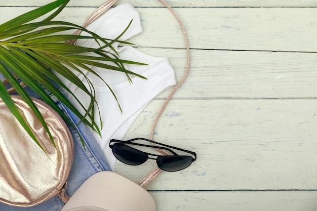 Acessórios de viajante, ramos de folhas de palmeira tropical