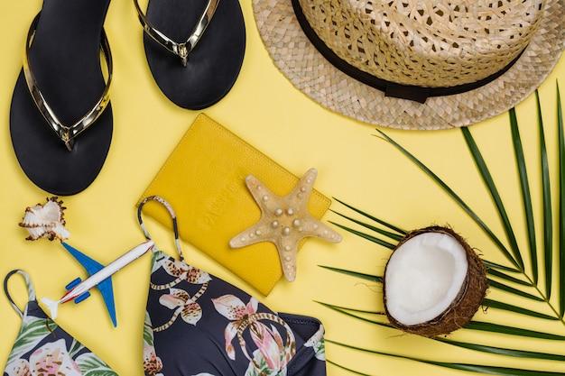 Acessórios de viajantes em fundo de verão