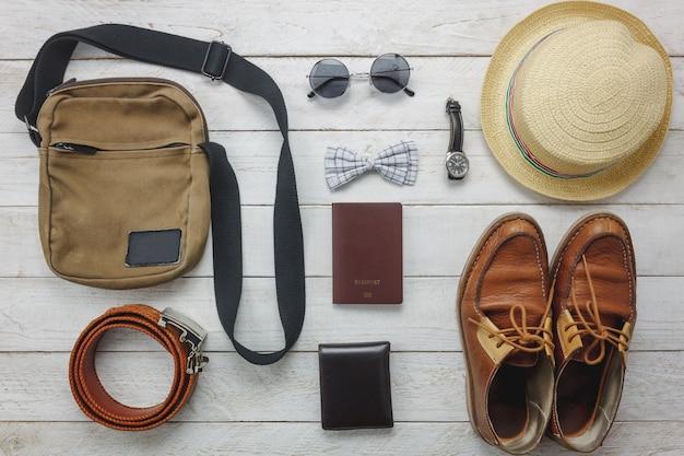 Acessórios de vista superior para viajar com o conceito de vestuário do homem. arco ti