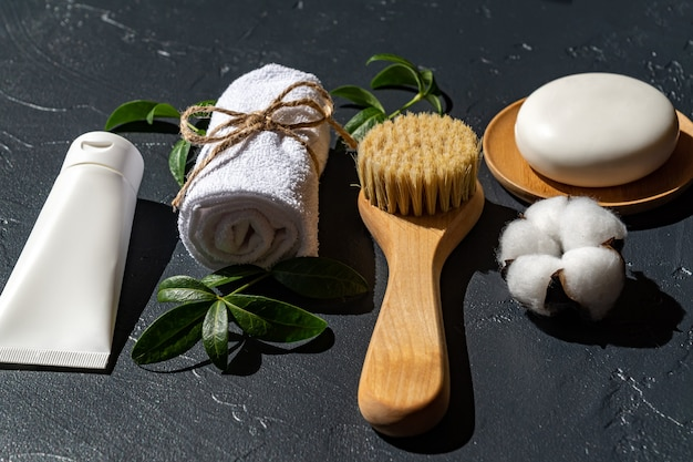 Acessórios do banheiro em fundo preto. tratamento de spa em casa. ferramentas pessoais para cuidados com a pele