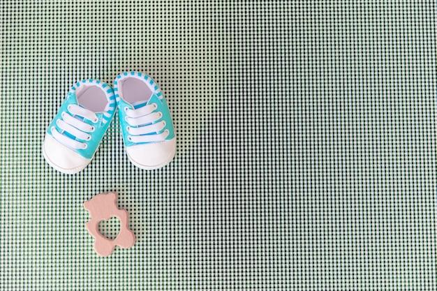 Acessórios do bebê para recém-nascidos em um fundo colorido.