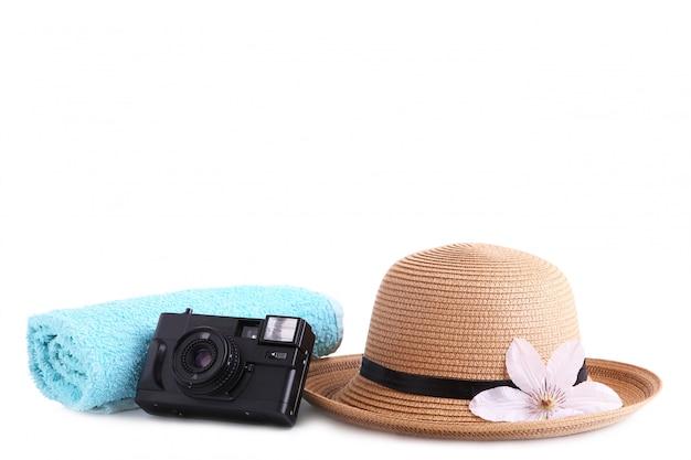 Acessórios do viajante isolados no branco conceito das férias do curso.