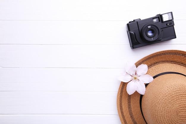Acessórios do viajante no conceito de madeira branco das férias do curso.