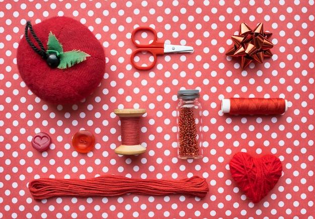 Acessórios e equipamentos de costura vermelhos para costurar
