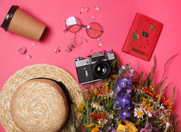 Acessórios e itens para viajantes com câmera, passaporte e chapéu. conceito de verão e férias